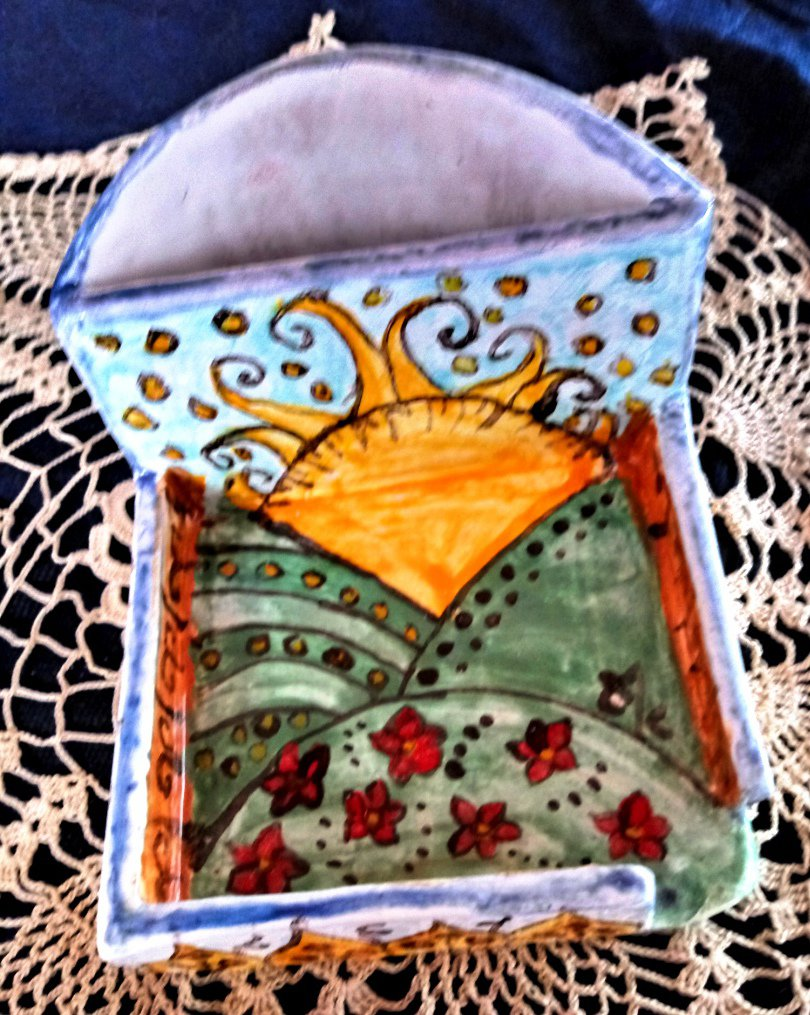 Uno spicchio di sole e un prato fiorito per contenitore di maiolica, manufatto per creare ordine sulla scrivania dipinto a mano