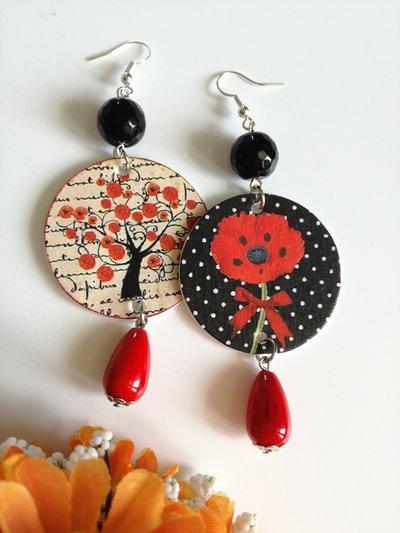 Orecchini asimmetrici di carta con ciondolo a pois, papaveri e perle rosse e nere.