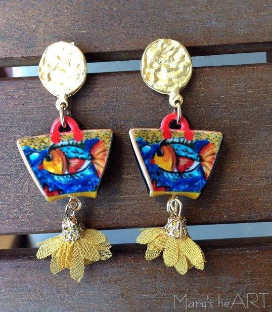 Orecchini pendenti con perni in zama, ciondoli in resina (le 'coffe siciliane') e fiori in tessuto