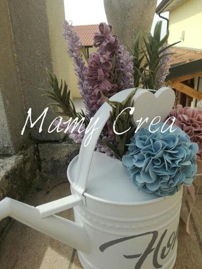 Annaffiatoio fiorito con lavanda, rosmarino e ortensie.