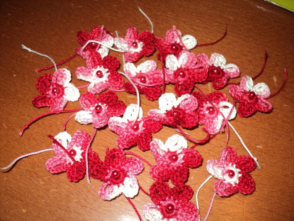 fiorellini lavorati all'uncinetto di cotone