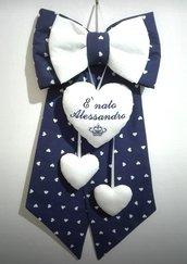 Coccarda nascita bianco e blu con cuori, personalizzato.