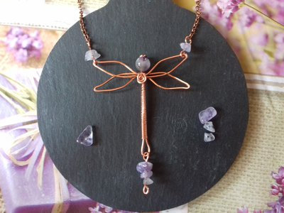 Collana wire in rame e ametiste con libellula