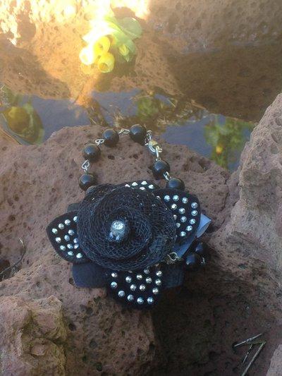 Parure in perle con fiore sintetico
