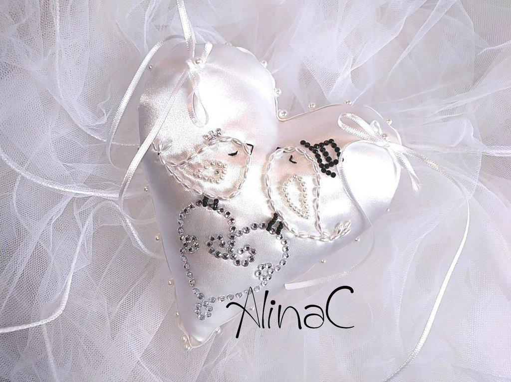 Cuscino portafedi a cuore in raso bianco latte con uccellini Naif, ricamato con perline e decorato con strass, matrimonio, sposa,cuscino per le fedi