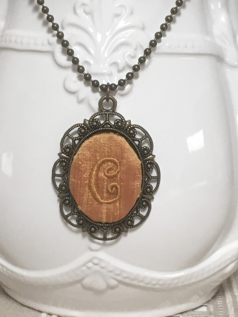 Collana bronzo con cameo personalizzato, ciondolo con iniziale ricamata a mano