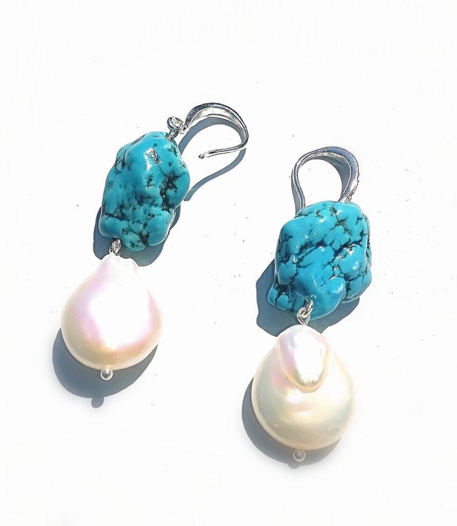 orecchini con magnesite turchese e perla barocca.