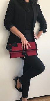 Borsa/Pochette color rosso, bordeaux con pietre dure nere, fiocco in tessuto con dettaglii in perline e corda.