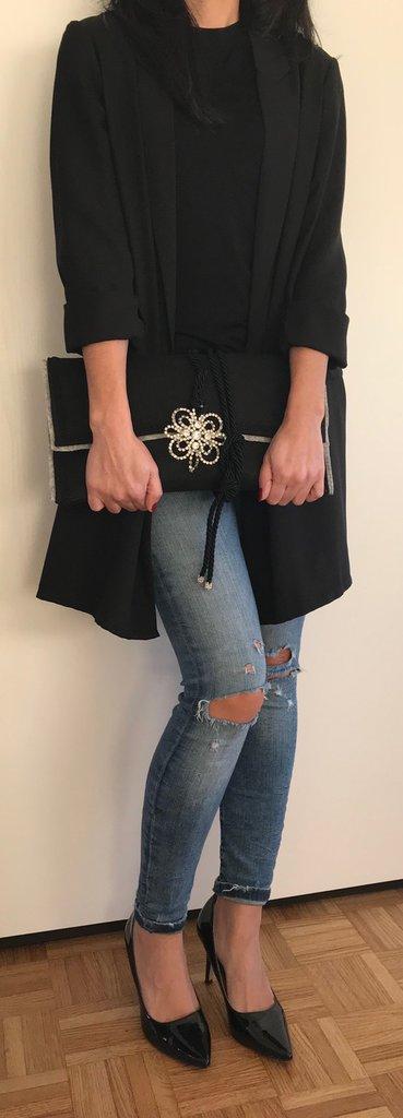 Borsa/Pochette nera in feltro e panno lenci, con chiusura in corda, dettaglio del pendente vintage in swarovsky e passamaneria decorativa
