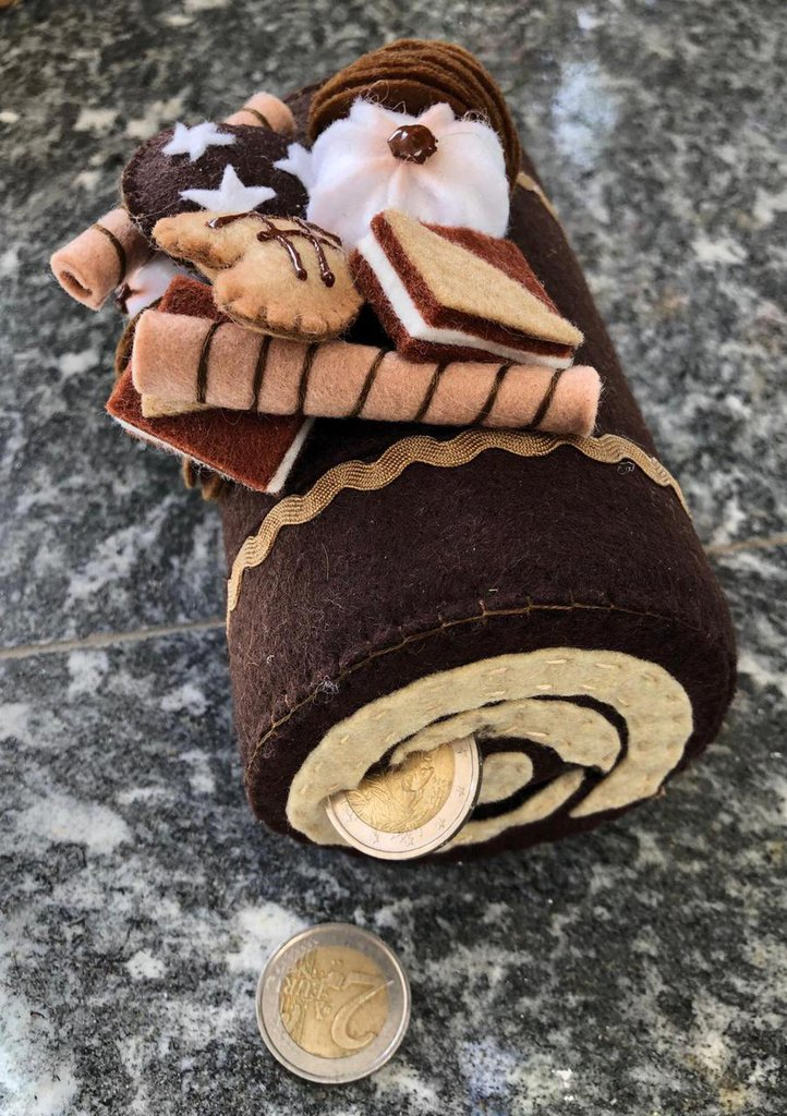 Salvadanio con contasoldi decorato con biscotti di feltro