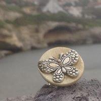 Anello con bottone di riuso e farfalla applicata