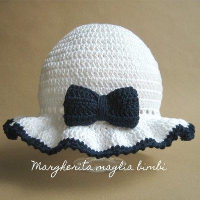 Cappello/cappellino bianco con fiocco blu - cotone - bambina - battesimo - fatto a mano