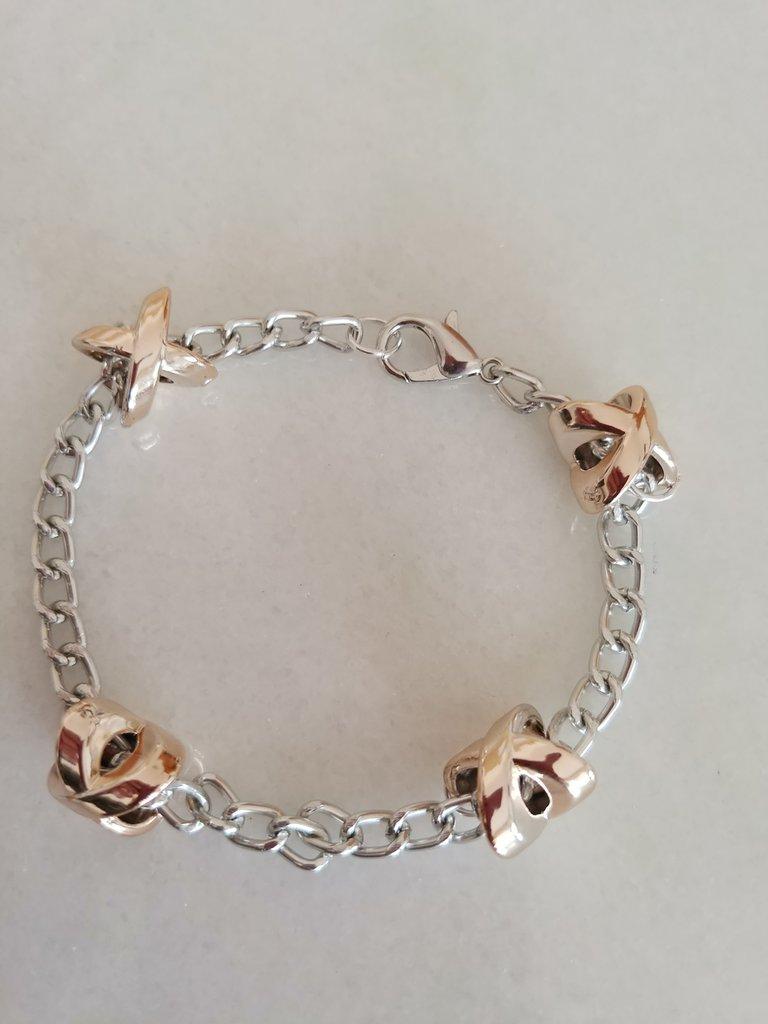 Delicato braccialetto realizzato con catenella in acciaio con ciondolini in acciaio dorato