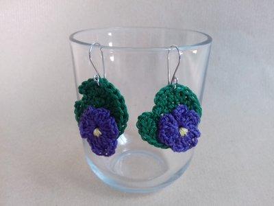Orecchini all'uncinetto a forma di violetta