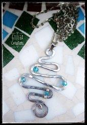 Ciondolo a spirale con perline azzurre