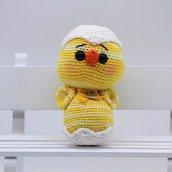 Pulcino giallo nell'uovo amigurumi, fatto a mano all'uncinetto