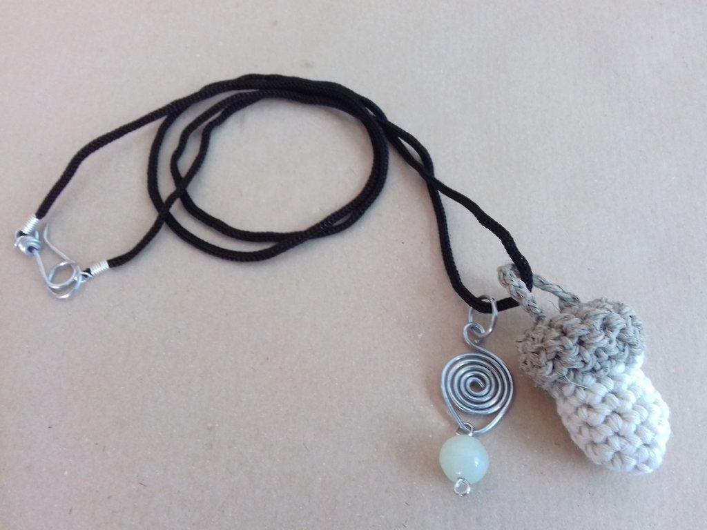 Collana con ghianda amigurumi e spirale wire con giada