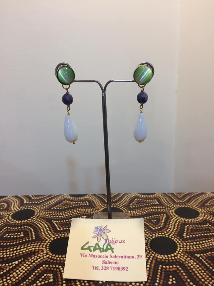 Orecchini con bottone verde chiaro, diaspro e goccia in agata bianca
