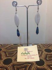 Orecchini con ovale in madreperla bianca, goccina in agata blu