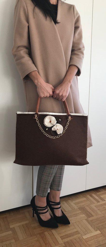 Borsa marrone e panna in feltro e panno lenci fatta completamente a mano con catena color oro e fiori in feltro rigorosamente fatti a mano.
