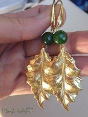 Orecchini pendenti con perni in ottone, foglie in zama dorata e pietre dure (agate) verdi