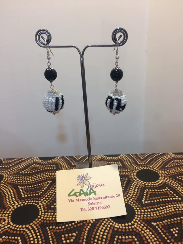 Orecchini con pallina rivestita in tessitura di perline