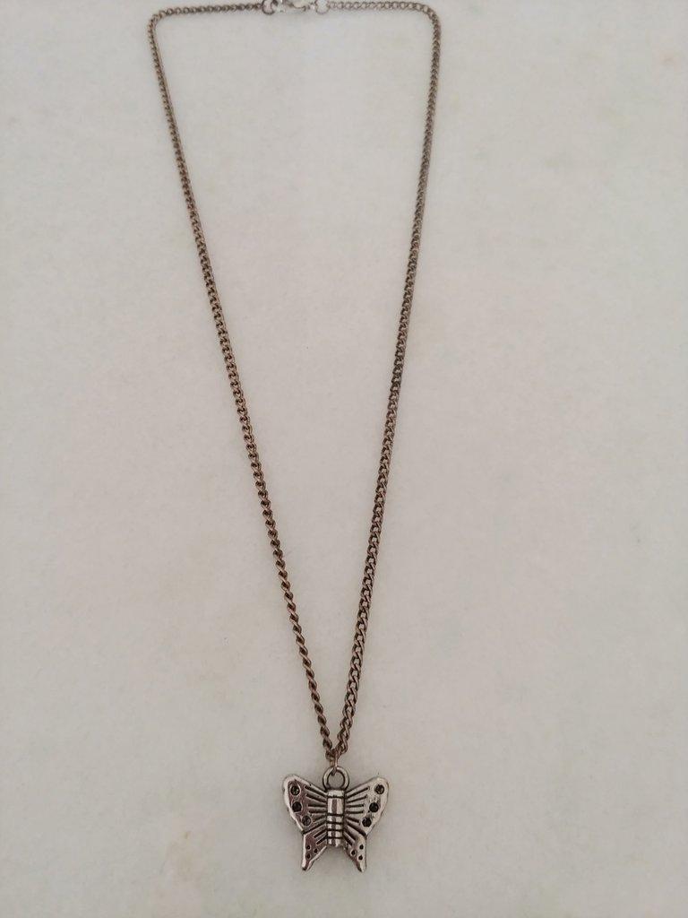 Catenina realizzata a mano con metallo color bronzo e con ciondolo a forma di farfalla