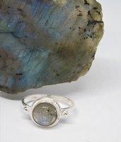 Anello in argento con labradorite fatto a mano