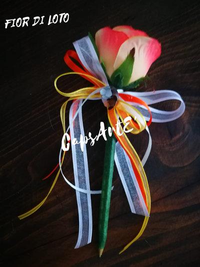 Penna con rose artificiali, nastri colorati e capsule del caffè lavorate fatta a mano - Linea Fior di Loto