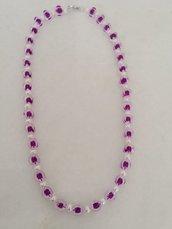 Originale collana realizzata a mano con perle trasparenti con interno viola,  alternata da perle bianche.