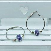Orecchini ad anello con perle in ceramica con fiori viola fatti a mano