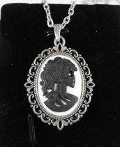 Collana con cammeo gothic Lady Skull teschio nero-bianco