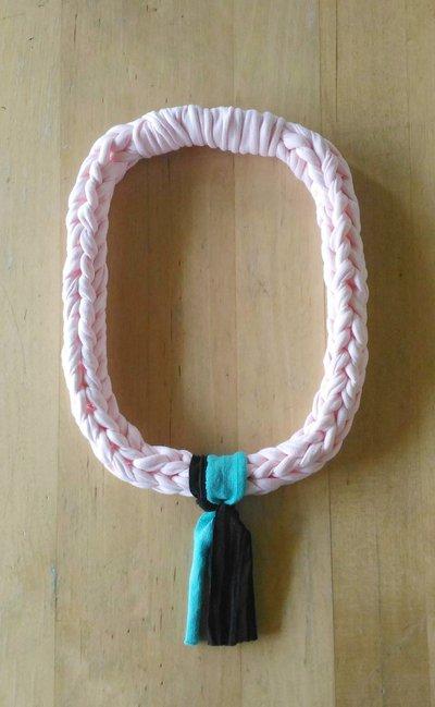 Collana lunghezza media lavorata ad uncinetto con fettuccia di cotone color rosa cipria