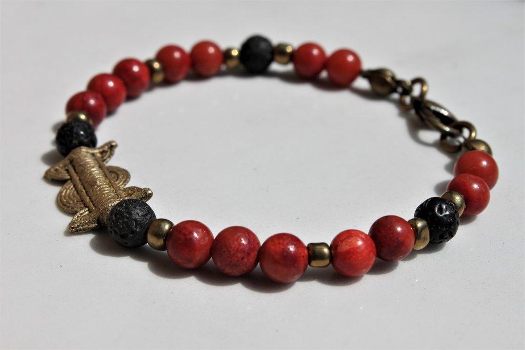 Antico ottone tribale, pietra lavica e madrepora rossa, bracciale unisex etnico pietra rosso e nero, bracciale etnico minimal stile boho