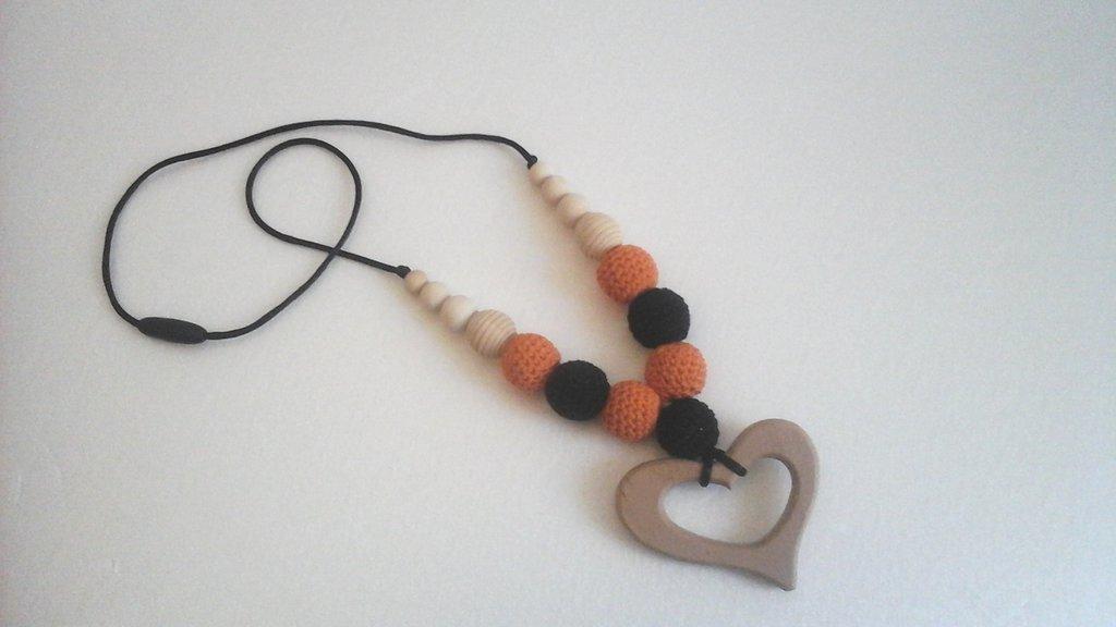 Collana estiva, collana allattamento in legno e crochet in arancio e nero
