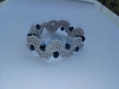 Bracciale fatto a mano ad uncinetto, filato di colore argento-grigio, cristalli neri, gioiello tessile