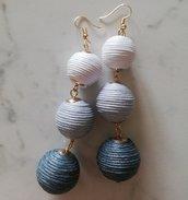Orecchini pendenti con palline bianco, grigio chiaro, grigio scuro