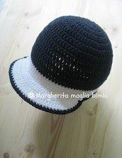 Cappellino con visiera all'uncinetto in puro cotone bianco e blu, taglia 6 - 12 mesi