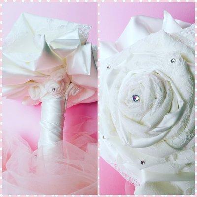 Bouquet rosa di tessuto bianco e strass