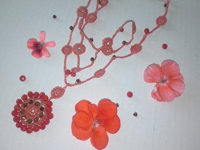 Collana medio-lunga ad uncinetto con cristalli, fatta a mano. Filato di colore  corallo-oro, cristalli arancioni