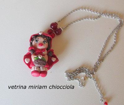 Cappuccetto Rosso in fimo con catena e perline