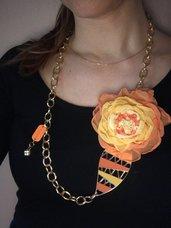 Collana spilla con fiore in tessuto arancio/giallo