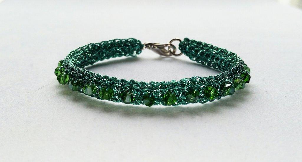 Bracciale fatto a mano ad uncinetto , filato di colore verde Giada , cristalli  Bicono Austria verdi ,gioiello tessile.