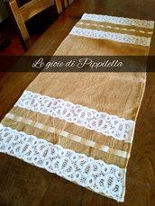Runner centro tavola in tela yuta con fasce di pizzo bianco e nastro di  raso