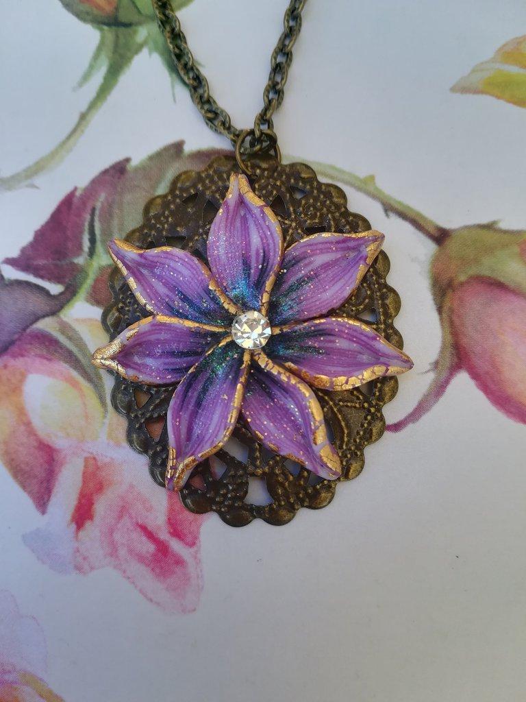 Collana fatta a mano con fiore viola