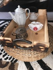 Vassoio di legno con manici di ferro di cavallo