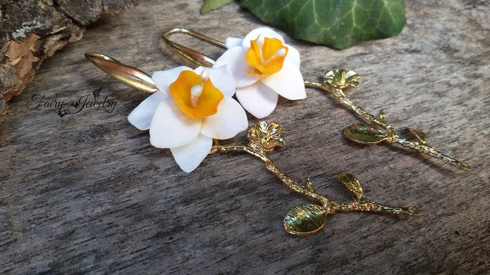Orecchini narcisi pendenti dorati fiori modellati a mano in pasta polimerica fimo