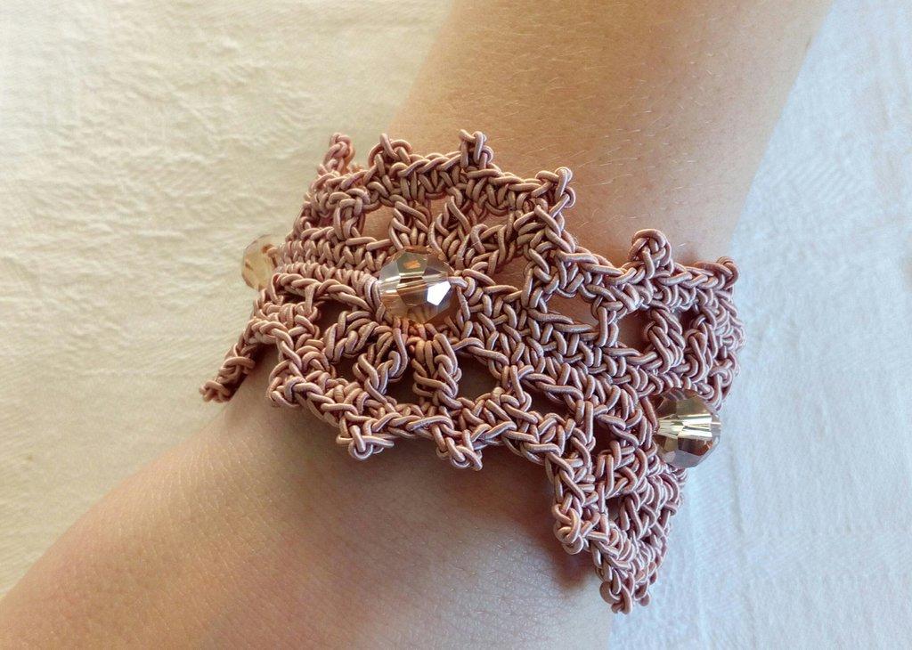 Bracciale romantico, fatto a mano ad uncinetto , filato di colore rosa antico , cristalli beige