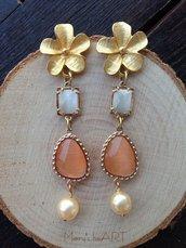 Orecchini pendenti con perni in zama a fiore, cristalli occhio di gatto e perle coltivate