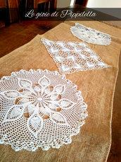 Runner centrotavola in tela yuta e centrini crochet bianchi.